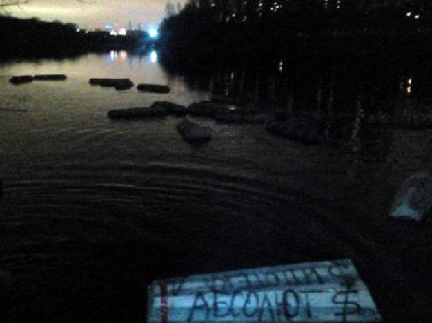 Валютные ипотечники пустили по Москва-реке гробы с названиями банков