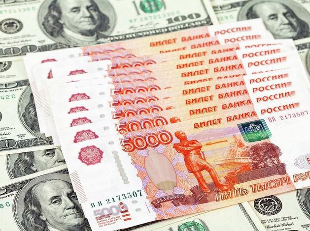 Эксперты: рубль продолжит плавно слабеть по отношению к доллару