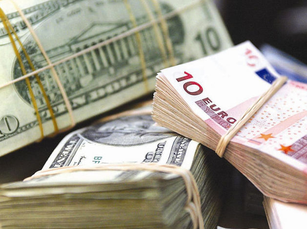 К концу года рубль обесценился к доллару и евро на 24% и 14,6%