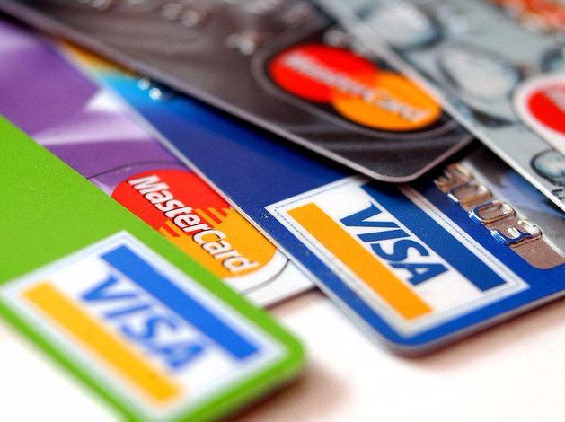 Россиян хотят стимулировать оплачивать покупки карточками