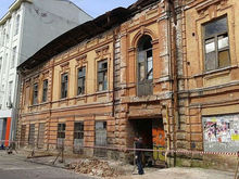 В Ростове на Toyota рухнул фасад бывшей фабрики цветной печати