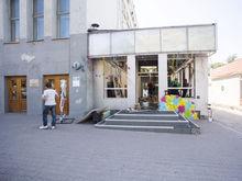 На Ленина сносят здание магазина «Красный куб» как незаконную постройку