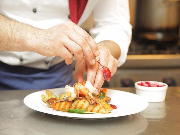 «200% — максимум, который можно наценить на блюдо». Как ресторанам выживать в кризис