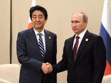 Япония решила требовать от России всего два, а не четыре острова на Курилах