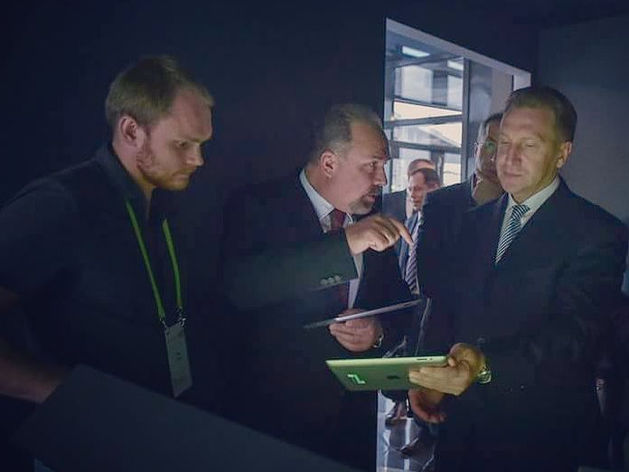 Игорь Шувалов и Михаил Мень собирают подъезд в конструкторе от «Лиги ЖКХ»