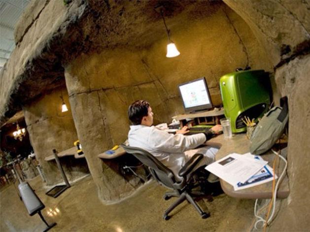 Искусственная пещера и домик на дереве – как выглядит самый сказочный офис в мире