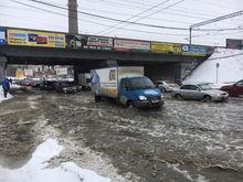 «Снежная мяша с водой разнесена вперед». Центр Екатеринбурга остается затопленным