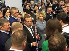 Дмитрию Медведеву презентовали клюшку челнинской фабрики «ЗаряД»