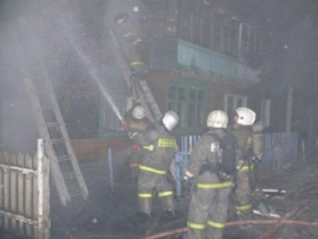 В Екатеринбурге спасатели эвакуировали 30 человек, заблокированных в горящем доме