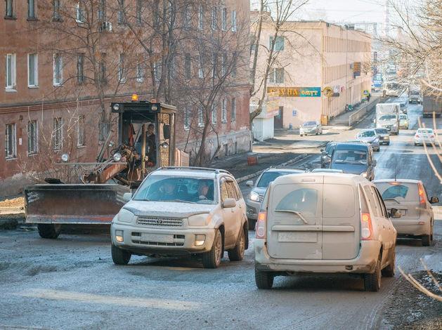 У нас теперь не Грязьбург. В Екатеринбурге жители сами заасфальтировали важную дорогу