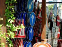 В России утвердили новые дорожные знаки. Они станут в три раза меньше и куда разнообразнее