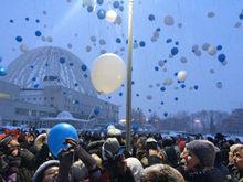 На прощальные «обнимашки» с екатеринбургской телебашней вышли сотни горожан