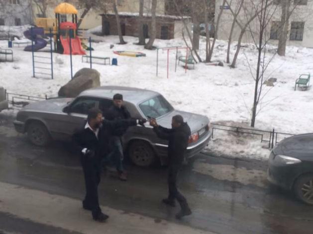 Екатеринбургские водители не поделили дорогу и устроили стрельбу у здания Минфина / ВИДЕО