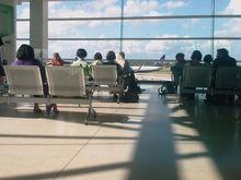 «Они оторваны от реальности». Как в аэропортах запретили лежать на лавках и сидеть на полу