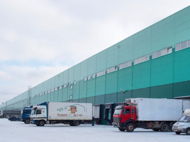 Пробка из фур, дорогу оцепили. ГИБДД заблокировала проезд к логопарку в Екатеринбурге