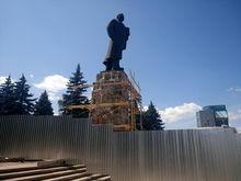 «Может рухнуть». В Челябинске памятник Ленину ремонтируют с нарушениями