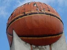 В Челябинске не могут избавиться от огромного баскетбольного мяча на Алом Поле