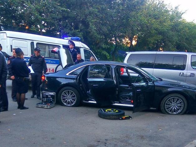 Уходили на спущенных колесах. В Екатеринбурге расстреляли иномарку из автомата