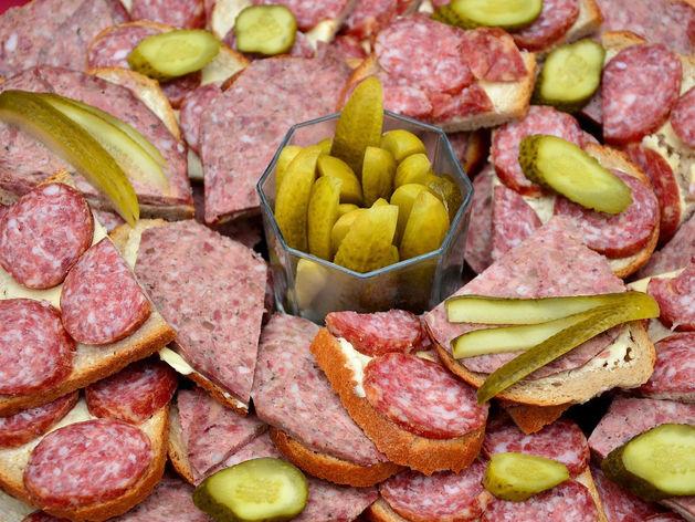 Целый год кормили город некачественной колбасой. Уральский комбинат поймали и накажут