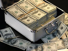 Центробанк выявил тайных скупщиков валюты. Они снабжают деньгами нелегальные обменники