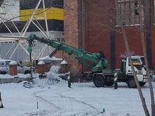 В Красноярске начался снос ангара на улице Взлетной