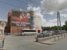 «Утюг» за 100 млн: в центре Челябинска выставили на продажу скандальное здание