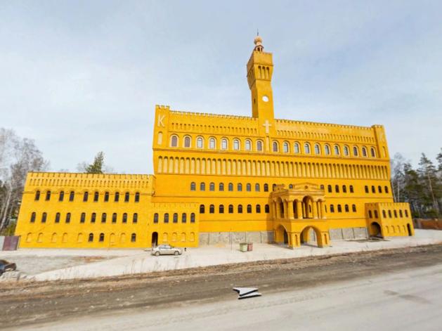 Скинули 80 млн руб. Под Екатеринбургом четвертый год продают замок с башней