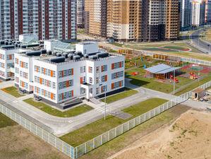 Новым районам города не хватает школ. Жители просят заморозить стройку «муравейников»