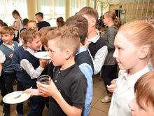 Бутерброды, йогурты и сосиски. Чем кормят нижегородских школьников?