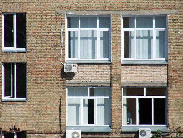 Власти Екатеринбурга бесплатно заменят окна горожанам. Но не всем