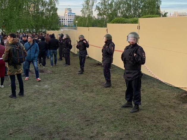 В Екатеринбурге демонтируют забор на месте строительства храма св. Екатерины