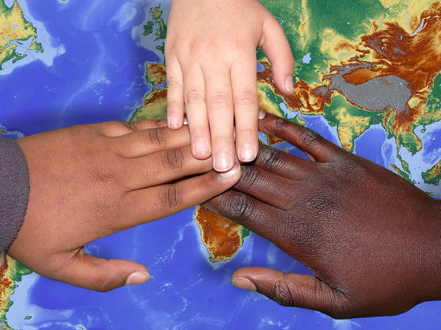 Руки разных цветов