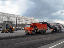 На площади Революции в Челябинске начали обновлять асфальт