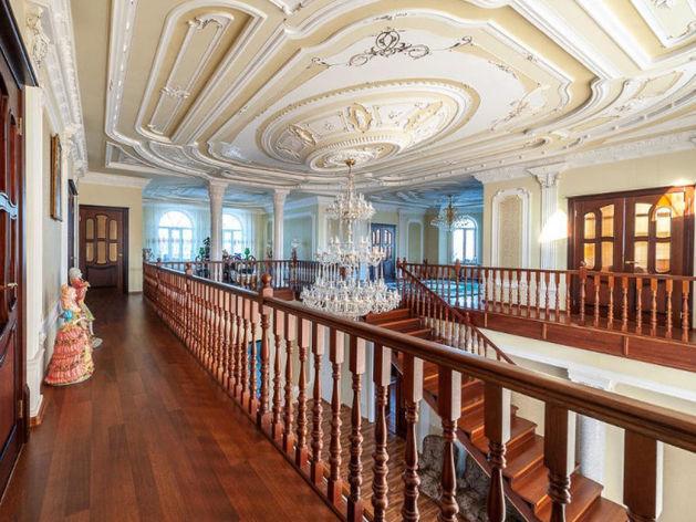 Колонны, мрамор и позолота. В Екатеринбурге продают сразу несколько особняков-дворцов