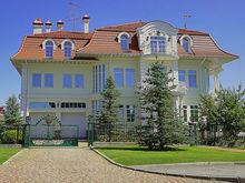 «Понастроили, теперь продают». В Екатеринбурге выставили на продажу рекордно дорогой дом