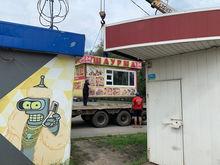 «Ведут себя нагло»: к нелегальным киоскам в Чурилово нагрянули полиция и ОМОН