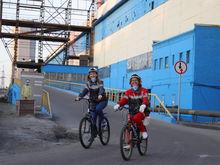 «Очень здорово и необычно» — в Красноярске прошла велопрогулка по КрАЗу для всех желающих