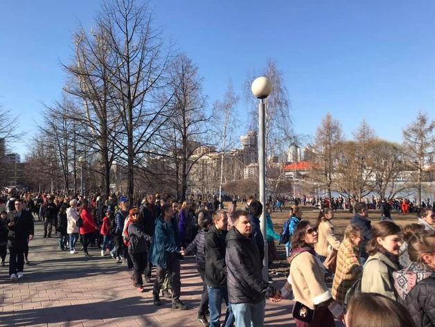 Люди защищают сквер у Драмтеатра
