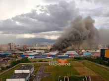 В Красноярске загорелись склады на Енисейском рынке: площадь пожара более 1000 кв.м