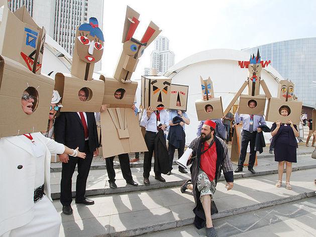 «Нельзя шутить коллективно». Горожане неоднозначно оценили участие чиновников в карнавале