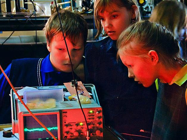 Школьники на экскурсии в институте лазерной физики