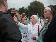 Протест повел в суд. Активистку, выступавшую против «креста» Покраса Лампаса, отпустили