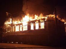 Владелец сгоревшего в центре Челябинска здания-памятника пытается от него избавиться