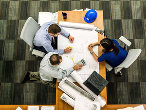 Малый бизнес ценит в сотрудниках чувство юмора, крупный — быстрый выход на работу / ОПРОС