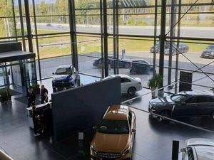 Кинулись скупать Mercedes. В Екатеринбурге всплеск продаж премиальных авто