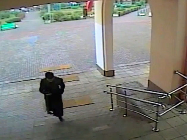 15-летний Михаил Пивнев, 5 сентября 2017 года устроивший стрельбу в школе в Ивантеевке (Россия, Московская область), заходит в здание школы перед нападением
