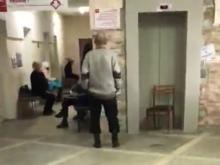 «Пациентов со сломанными ногами заставляют подниматься на 4 этаж»