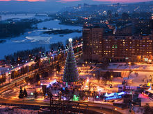 На Театральной площади в Красноярске начали устанавливать новогоднюю ёлку