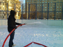 В середине ноября в Красноярске начнут заливать дворовые катки