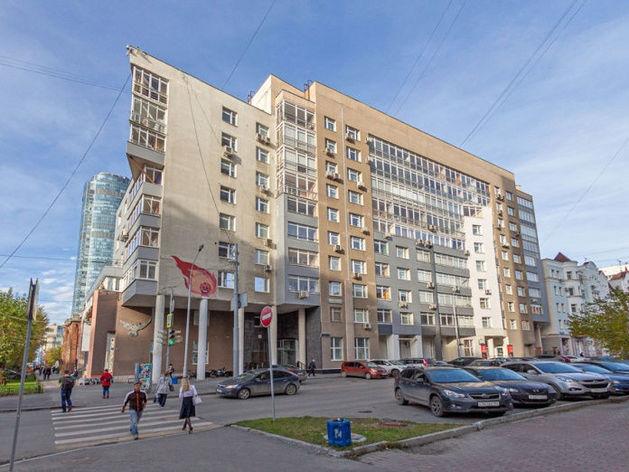 В центре Екатеринбурга продают трехэтажную квартиру с панорамной крышей